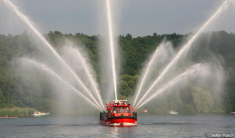 Löschboote im Einsatz