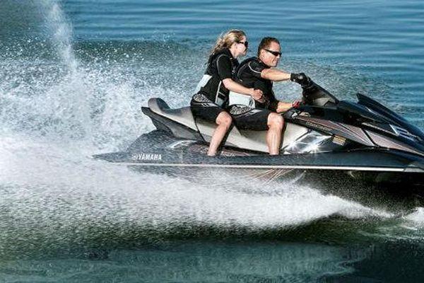 2014-Yamaha-FX-Cruiser-SHO-EU-Black-Metallic-Action-00233333