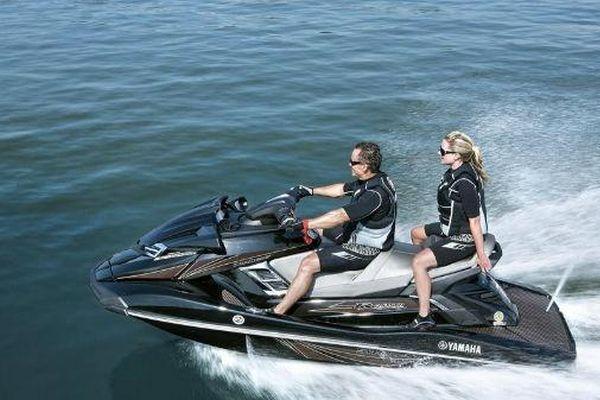 2014-Yamaha-FX-Cruiser-SHO-EU-Black-Metallic-Action-005