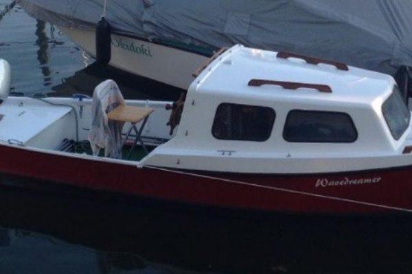 Ruderboot mit Kajüte
